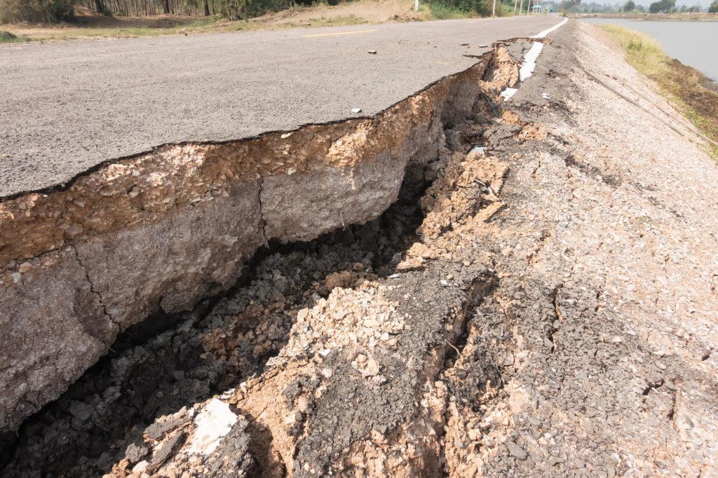 地震の影響は道路や家屋、そしてトラックスケールにも