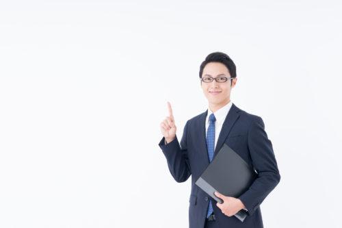 指を立てている男性