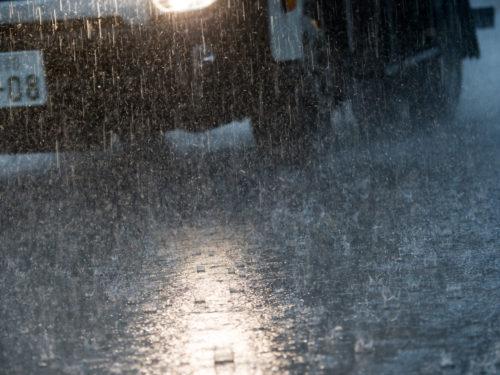 大雨の中を走るトラック