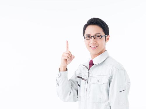 指を差すメガネの作業服のサラリーマン