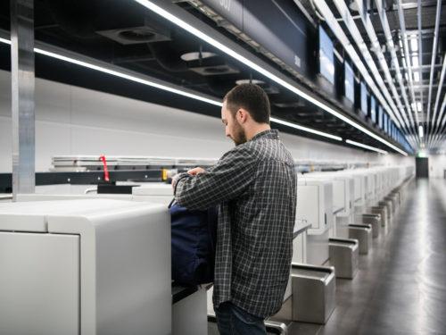 空港で荷物の重量を計量する男性